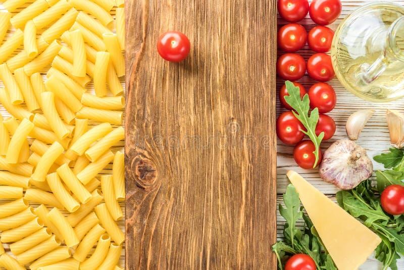 Ингредиенты для варить макаронные изделия с доской кухни для космоса экземпляра стоковые фото