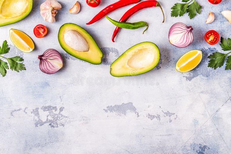 Ингредиенты для гуакамоле: авокадо, известка, томат, лук и spic стоковое фото rf