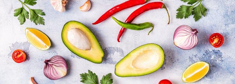 Ингредиенты для гуакамоле: авокадо, известка, томат, лук и spic стоковая фотография rf