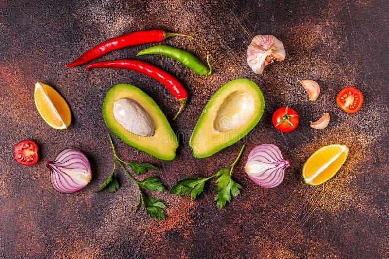 Ингредиенты для гуакамоле: авокадо, известка, томат, лук и spic стоковые фотографии rf