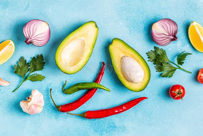 Ингредиенты для гуакамоле: авокадо, известка, томат, лук и spic стоковая фотография