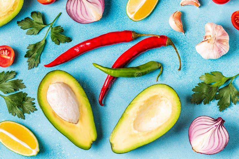 Ингредиенты для гуакамоле: авокадо, известка, томат, лук и spic стоковое изображение