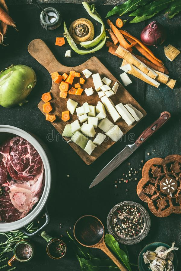 Ингредиенты для рецептов мясных блюд на предпосылке кухонного стола с овощами, приправой и утварями кухни, взглядом сверху r стоковое фото
