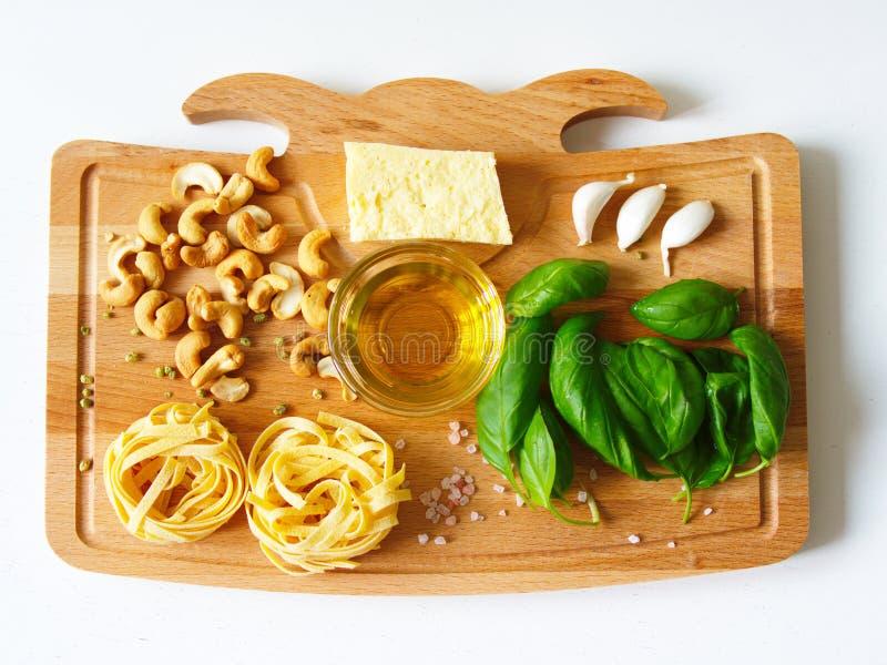 Ингредиенты макаронных изделий Fettuccine стоковое изображение rf