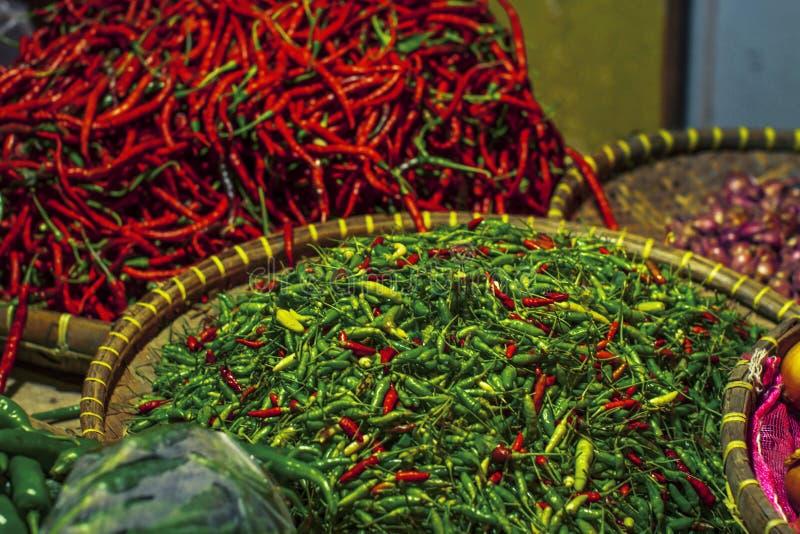 Ингредиенты накаленного докрасна и зеленого chili славные для варить потребности в традиционном рынке стоковое фото rf