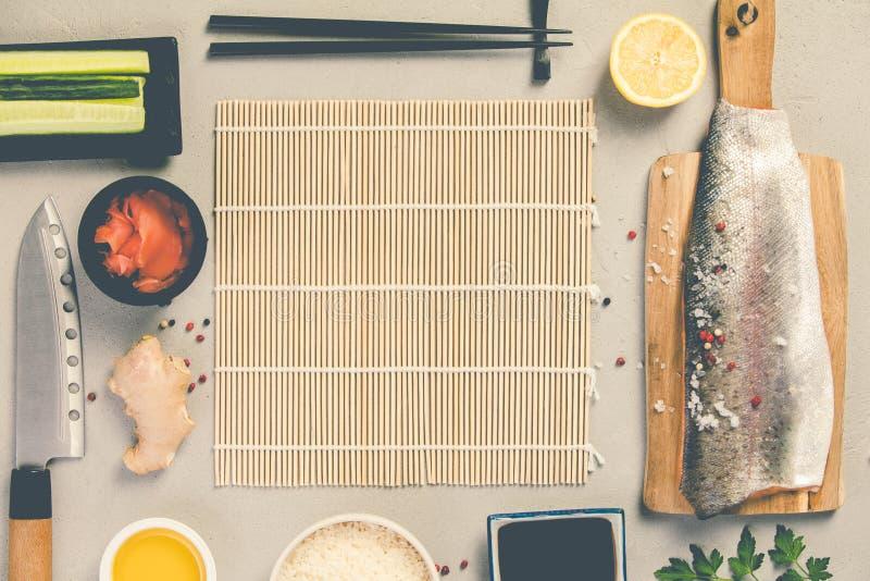 Ингредиенты суш на конкретной предпосылке стоковое изображение