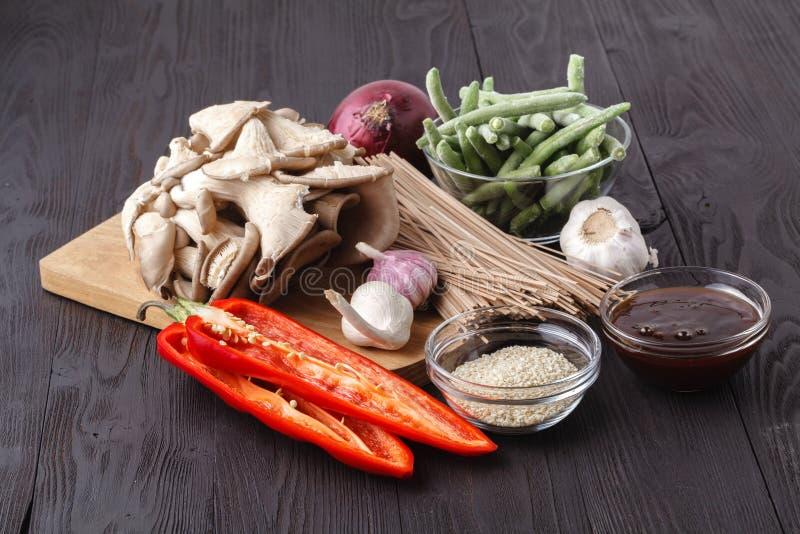 Ингредиенты Шевелить-зажарили гриб с соусом устрицы стоковое фото rf