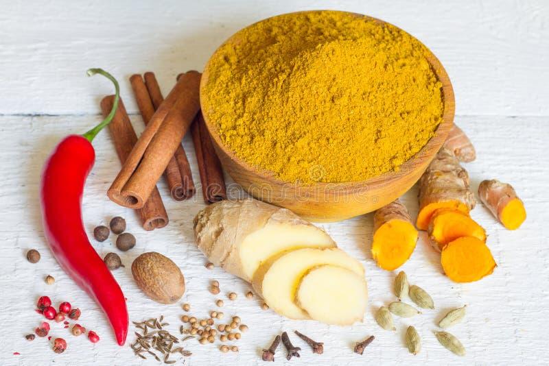 Ингридиентов порошка специи masala карри рецепт индийских старый на белых досках стоковое изображение