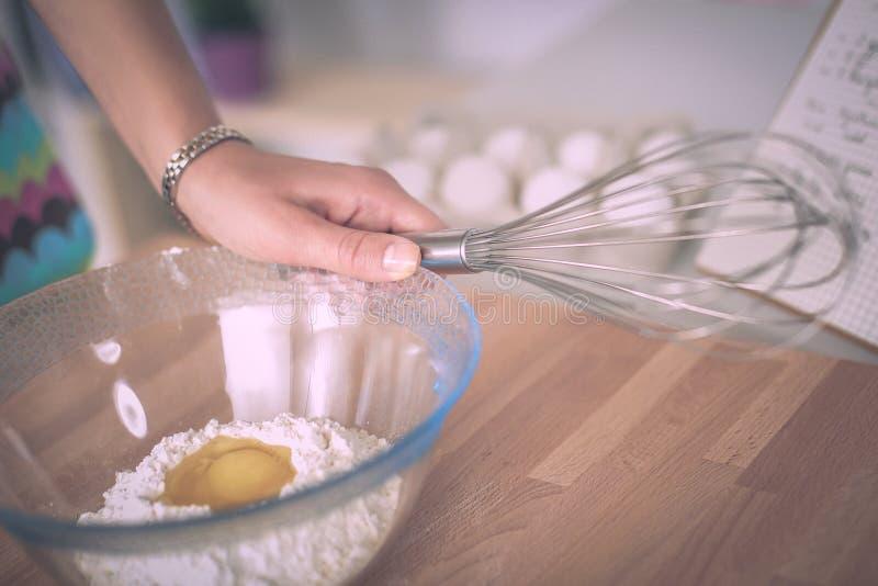 Ингридиенты выпечки для печенья и плунжера shortcrust стоковая фотография rf