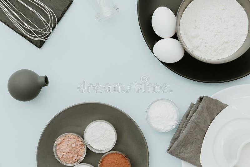 Ингридиенты выпечки на пастельной предпосылке Взгляд сверху, плоское положение, космос экземпляра стоковая фотография rf