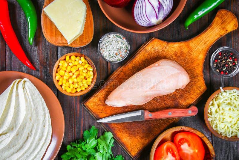 Ингридиенты для варить традиционные мексиканские энчилада Томаты, cilantro, красный лук, филе цыпленка, tortillas, kukurznye плос стоковая фотография
