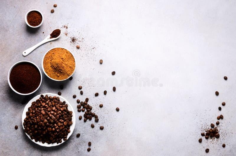 Ингридиенты для делать питье кофеина - коричневые сахар кокоса, кофейные зерна, земля и растворимый кофе на светлом бетоне стоковое фото
