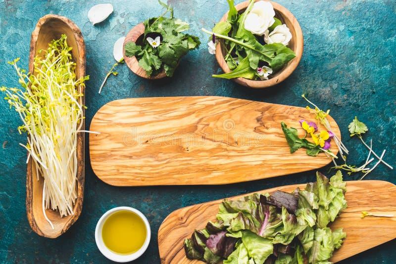 Ингридиенты для здорового салата - салата, ростков, цветков edibles и arugula Плоское положение, космическая пища экземпляра Вытр стоковое фото