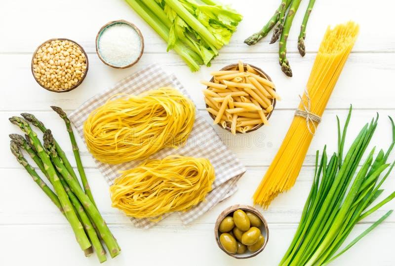 Ингридиенты для здоровых итальянских макаронных изделий, минималистской предпосылки Плоское положение, осматривает сверху стоковая фотография