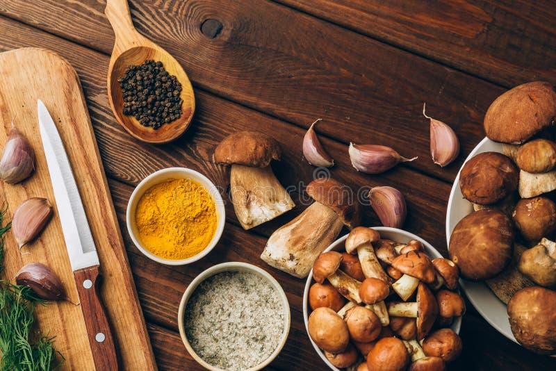 Ингридиенты для обедающего осени: грибы porcini, подосиновик или грибы болетовые стоковая фотография rf