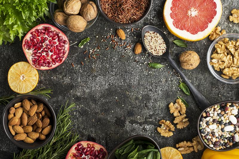 Ингридиенты здорового питания для рисовать - вверх по плану питания: одичалый коричневый рис, квиноа, шпинат, бобы, апельсины, гр стоковое изображение