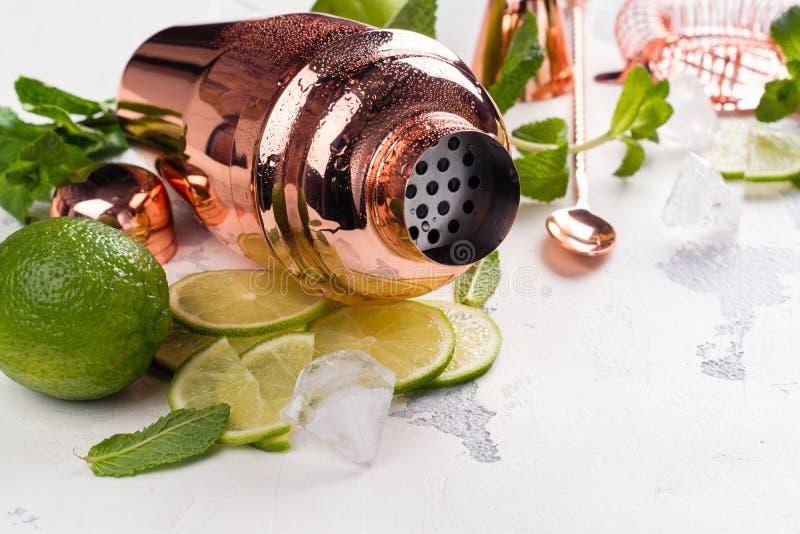 Ингридиенты коктеиля Mojito на белой каменной таблице стоковое фото rf