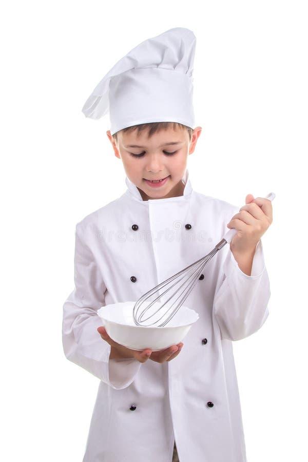 Ингридиенты старательно малого плитаа смешивая в специальном варя блюде рецепт стоковая фотография