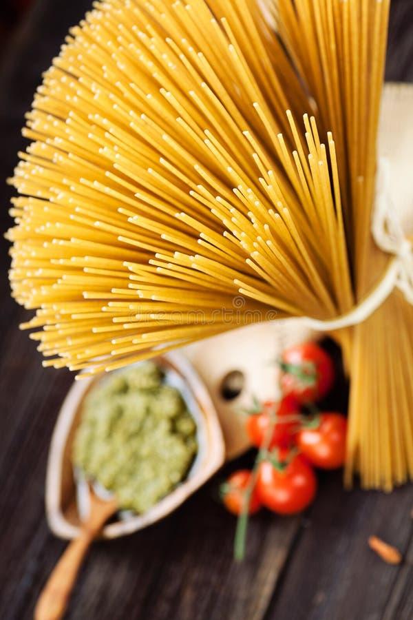 Download ингридиенты вишни предпосылки изолировали белизну томата спагетти макаронных изделия Стоковое Изображение - изображение насчитывающей италия, pasta: 40580057