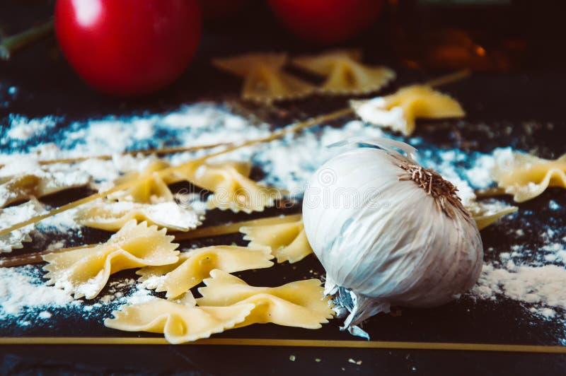 ингридиенты вишни предпосылки изолировали белизну томата спагетти макаронных изделия стоковое изображение rf