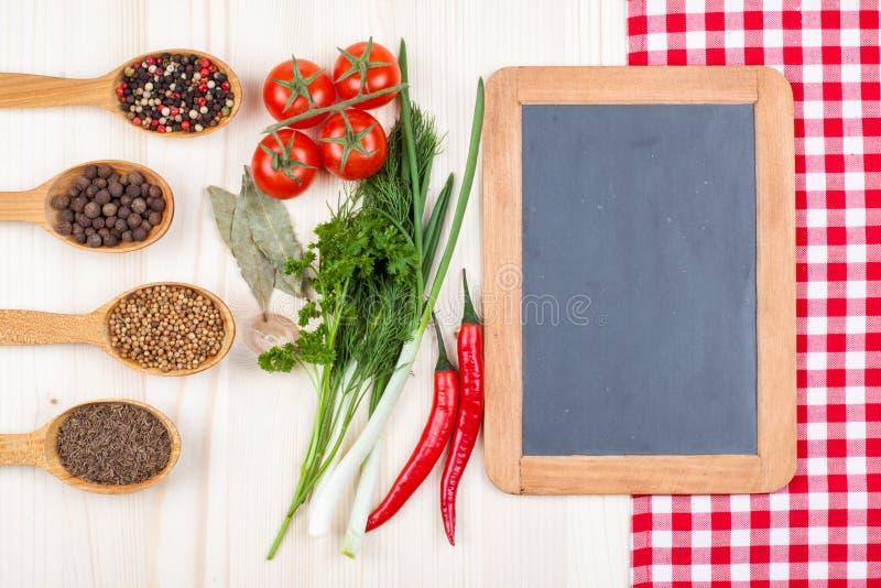 Ингридиенты высушенные и свежие продукты стоковые изображения rf