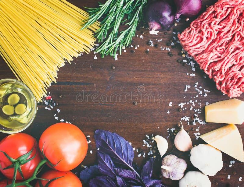 Ингридиенты макаронных изделий Bolognese: спагетти, семенить мясо, томаты, b стоковые изображения