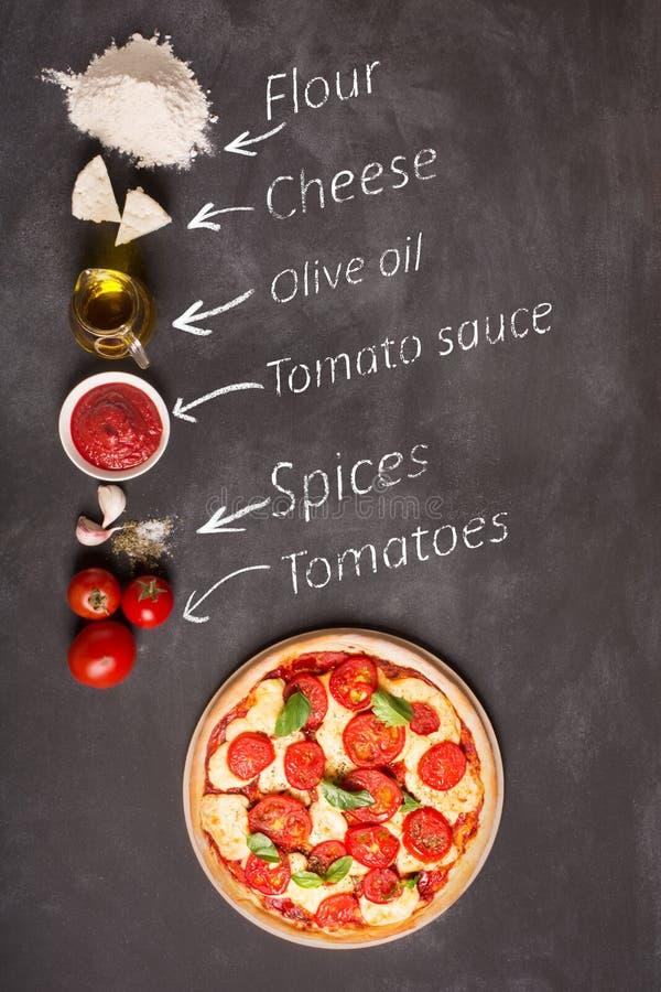 Ингридиенты пиццы на доске (с надписью) стоковые фото