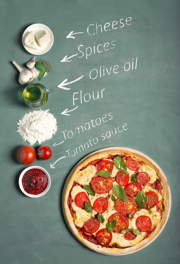 Ингридиенты пиццы на доске стоковая фотография