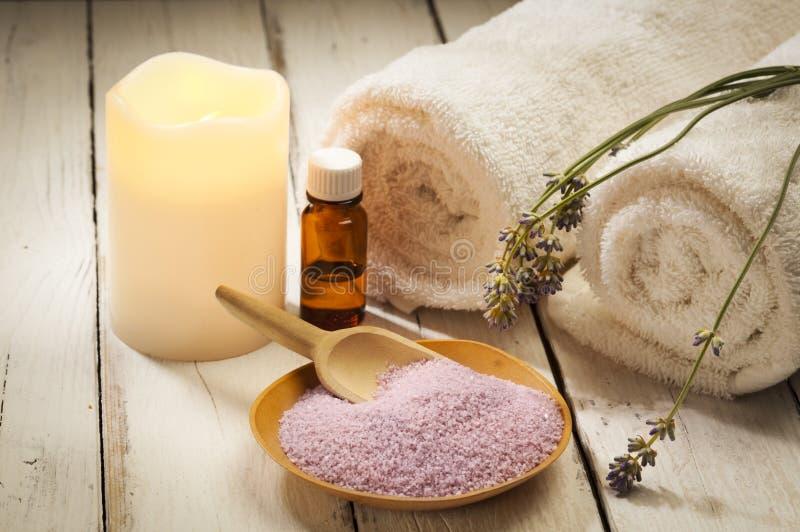 Ингридиенты, свеча и полотенца ванны лаванды стоковое фото