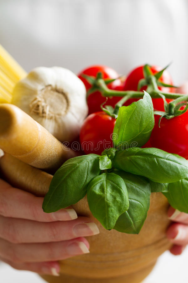 Ингридиенты для варить макаронные изделия Томаты, свежий базилик, чеснок, Sp стоковое фото