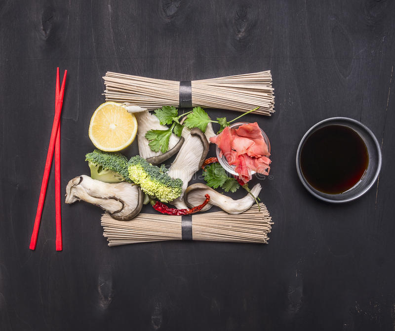 Ингридиенты для варить традиционные японские лапши soba гречихи с грибами устрицы, cilantro, лимоном и имбирем, красным chopsti стоковое фото