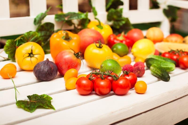 Ингридиенты для вегетарианского завтрака лежа на белой предпосылке стоковая фотография rf