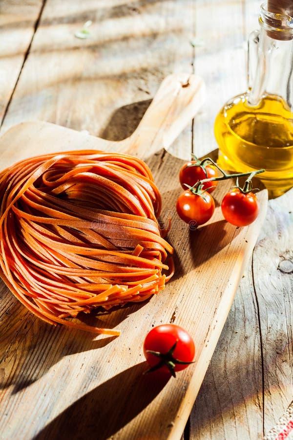 Ингридиенты для вкусного блюда макаронных изделий томата стоковые изображения