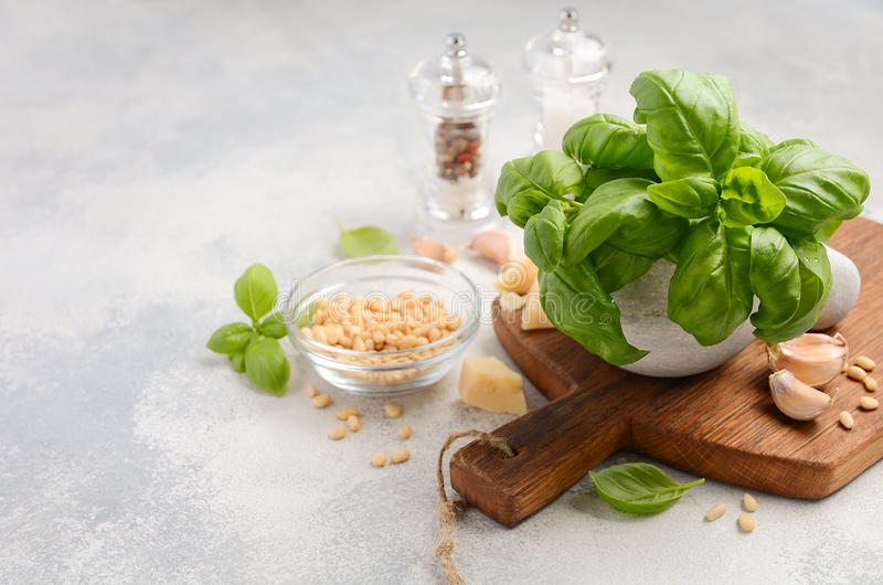 Ингридиенты для делать зеленый соус песто итальянка еды здоровая стоковая фотография rf