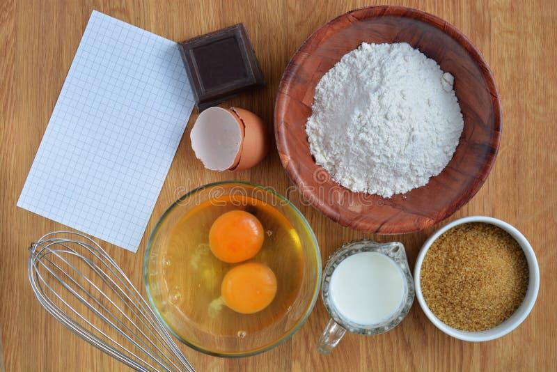 Ингридиенты для делать торт стоковые фотографии rf