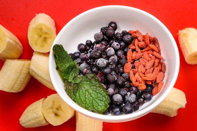 Ингридиенты для очень вкусного сырцового smoothie стоковое фото rf