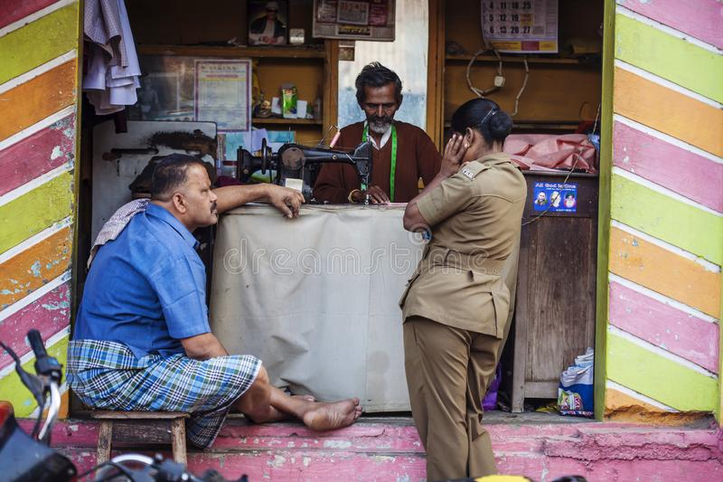 Индеец Тейлор работая на улице стоковое фото