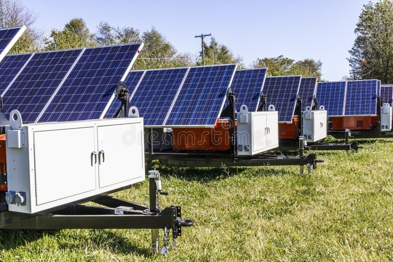 Индианаполис - около октябрь 2017: Передвижные фотовольтайческие панели солнечных батарей на трейлерах Типичная в портативной маш стоковые фотографии rf
