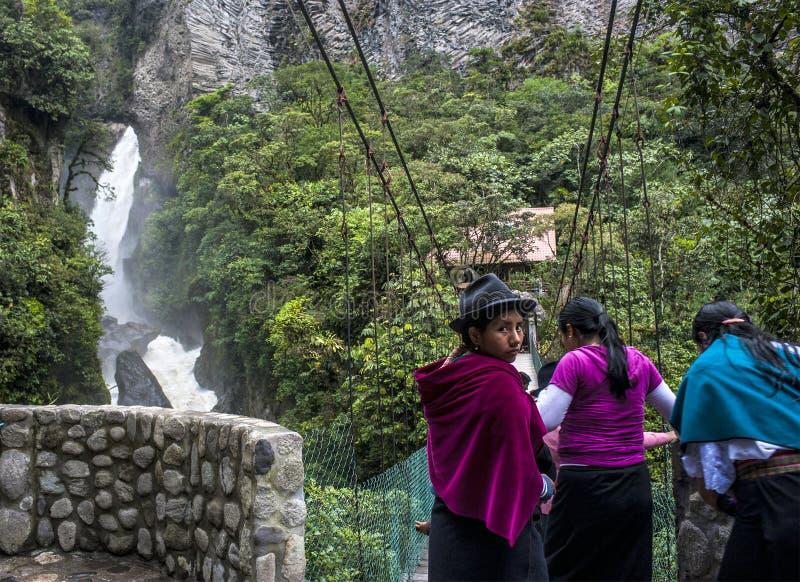 Индигенные женщины идут через мост горы, эквадор стоковые изображения rf