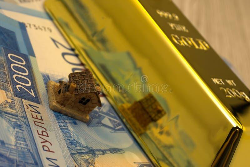 Индийская концепция дела недвижимости показывая 3D модельный дом с ключами, примечаниями бумажных денег и фокусом калькулятора се стоковая фотография rf
