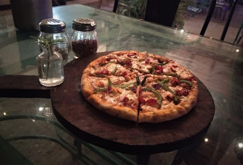 Индийская пицца от махарастры близкое поднимающее вверх изображение пиццы стоковое изображение