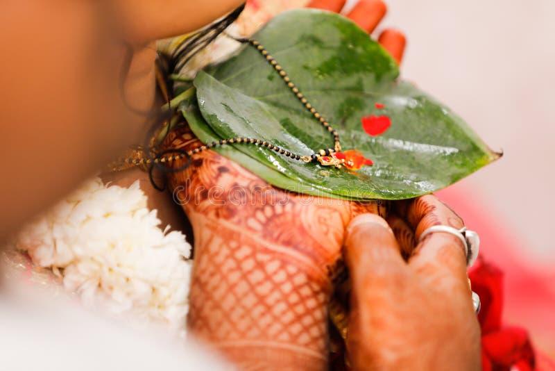 Индийская свадьба, церемония mangalsutra стоковые изображения rf