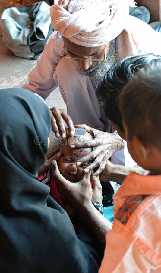 Индийская стрижка младенца стоковые изображения