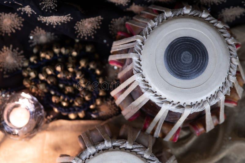 Индийские барабанчики и цимбалы на текстурированной предпосылке - покройте вниз с взгляда стоковое изображение rf