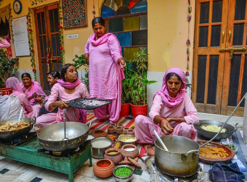 Индийские женщины варя традиционную еду стоковая фотография rf