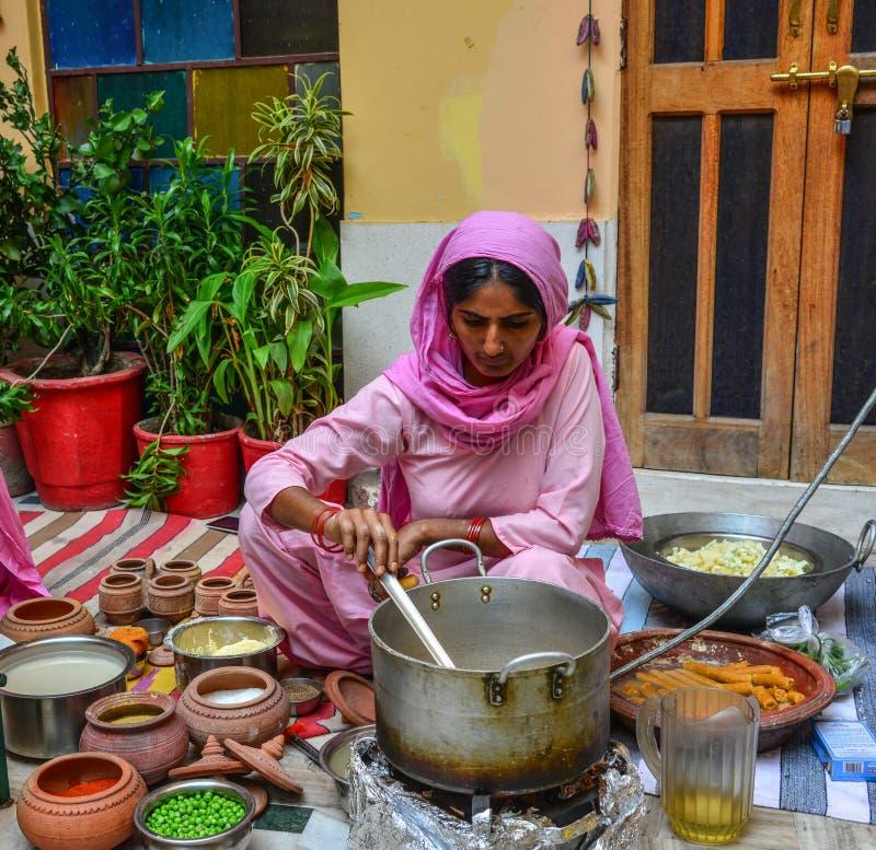 Индийские женщины варя традиционную еду стоковое изображение
