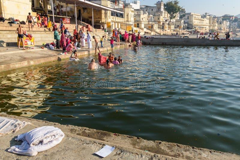 Индийские люди купая в озере Pushkar в Раджастхане r стоковые фотографии rf