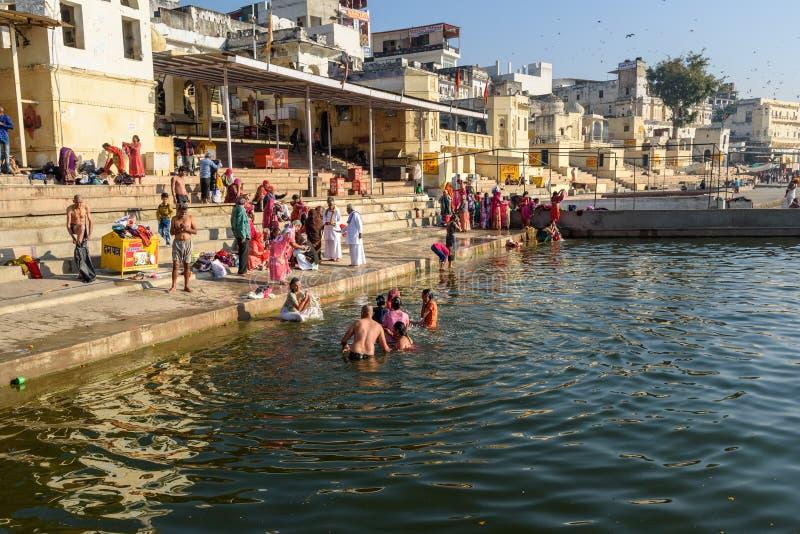 Индийские люди купая в озере Pushkar в Раджастхане r стоковые фото
