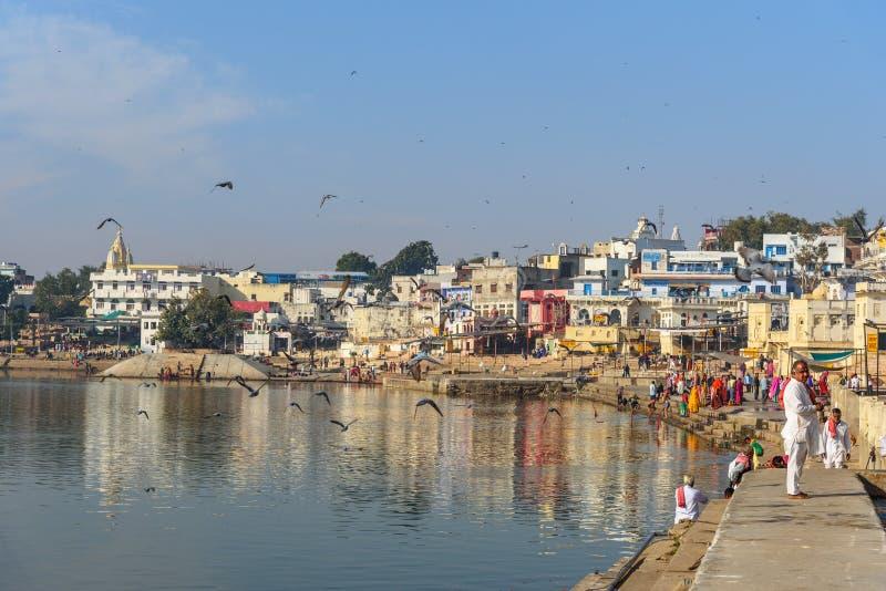 Индийские люди купая в озере Pushkar в Раджастхане r стоковое изображение rf
