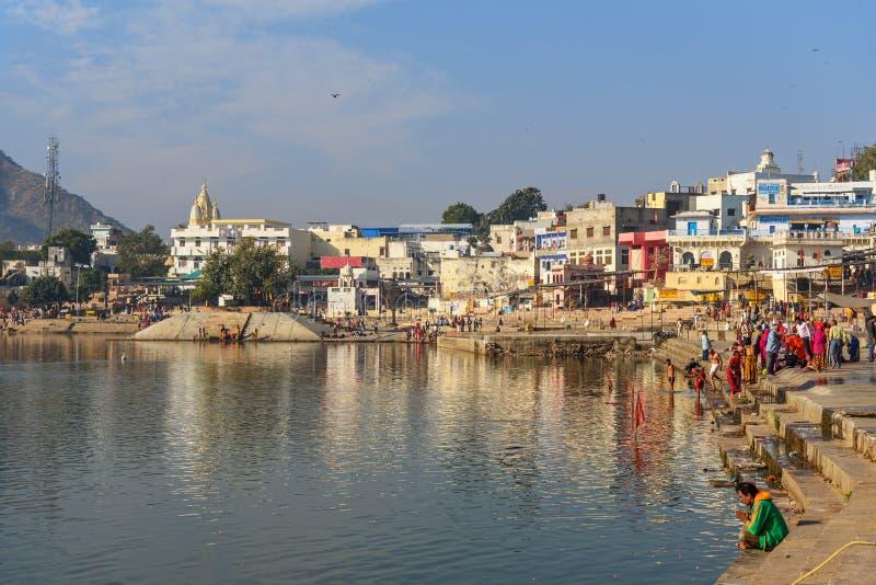 Индийские люди купая в озере Pushkar в Раджастхане r стоковое изображение